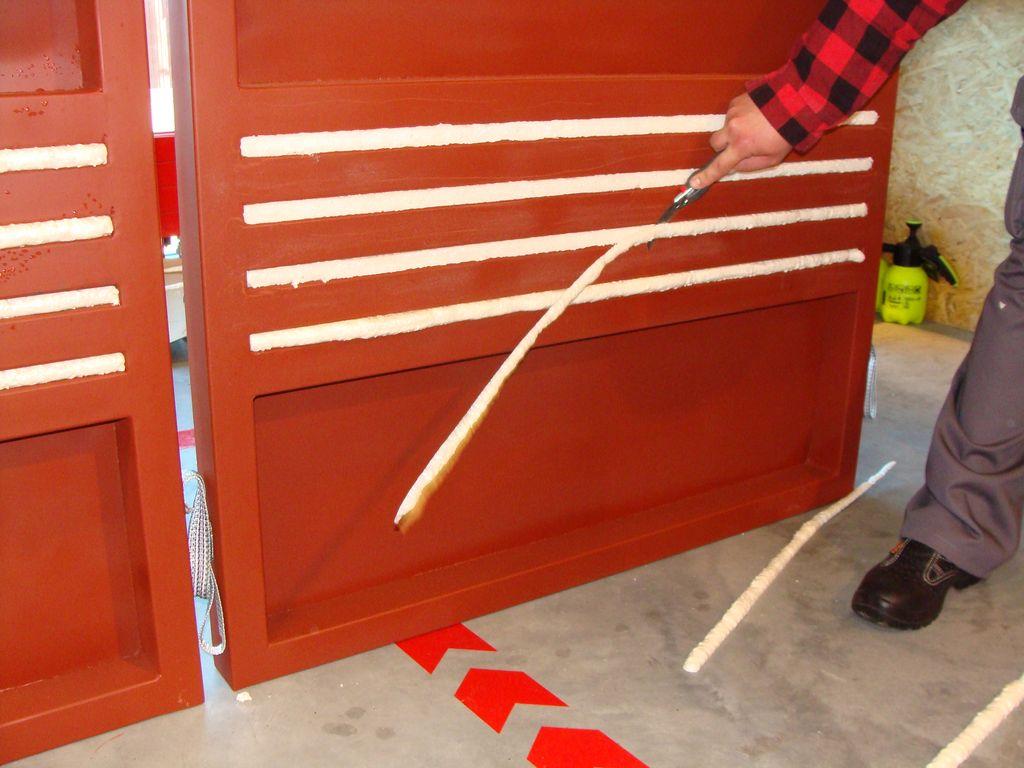 Przygotowanie próbek do badań szczelności połączenia okna z murem