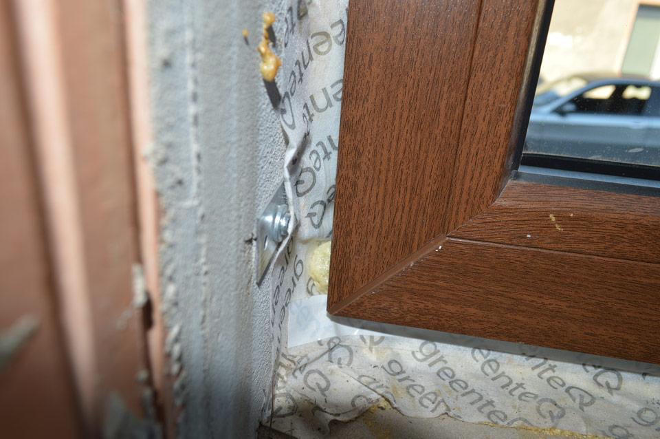 Ciepły montaż okien. Brak należytej staranności wykonania.