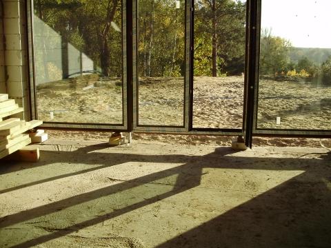 Zielone szyby zespolone budynku w lesie