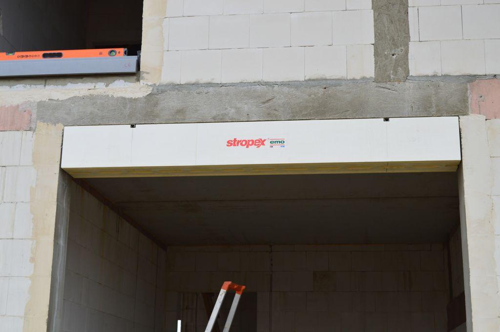 1. Termo-BELKA – element systemu montażu okien EMO-STROPEX – system ramowy, podwieszona pod betonowym nadprożem ościeża, widok od strony zewnętrznej