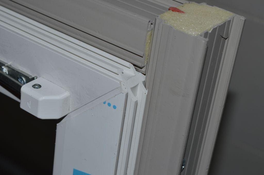 15. Naroże okna z PVC-U wraz z zamocowanymi odcinkami Termo-LISTWY systemu EMO-STROPEX