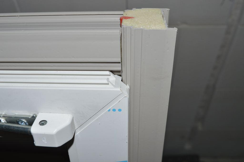 16. Naroże okna z PVC-U wraz z zamocowanymi odcinkami Termo-LISTWY systemu EMO-STROPEX. Pusta przestrzeń powstająca pomiędzy listwami schodzącymi się pod kątem prostym, a skośnym narożem ramy ościeżnicy okna