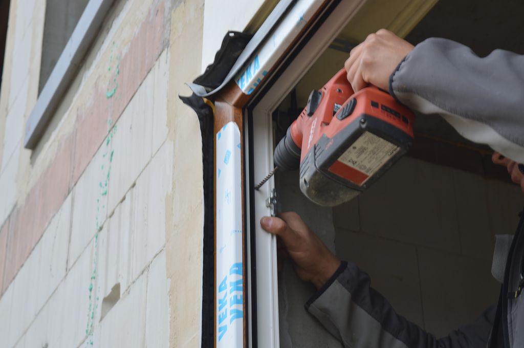 21. Nawiercanie otworu pod śrubę ramową, jako element mocujący ramę ościeżnicy okna do muru ościeża