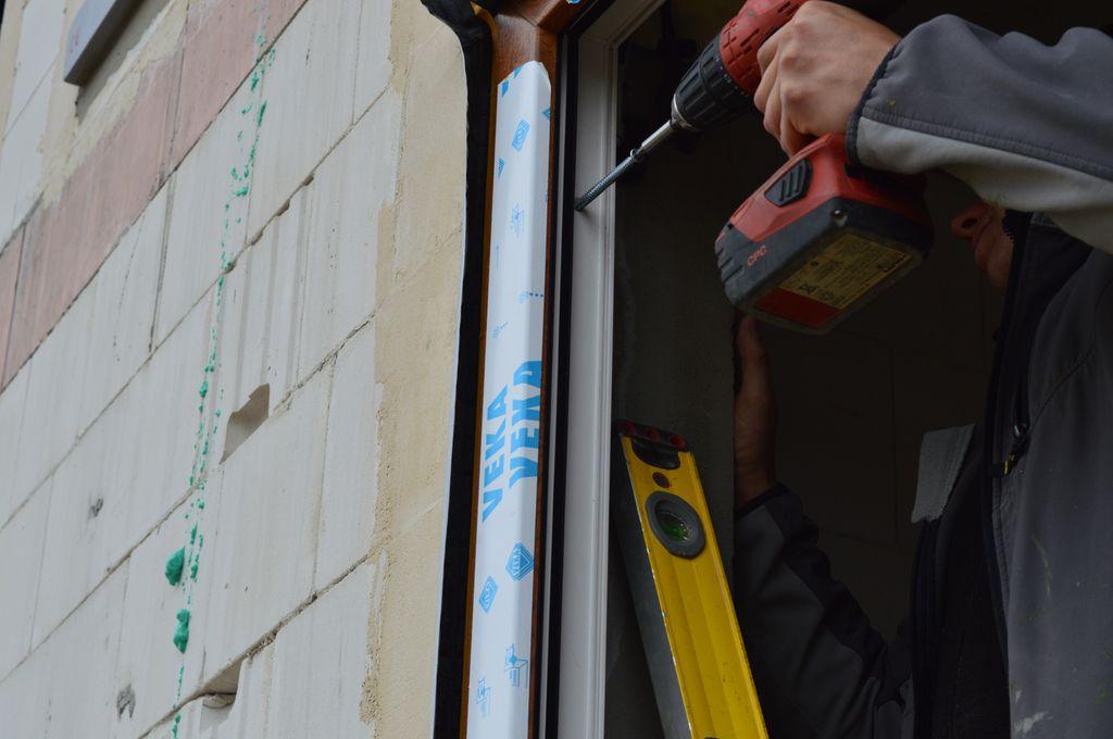 22. Mocowanie ramy ościeżnicy okna do muru ościeża przy użyciu śruby ramowej