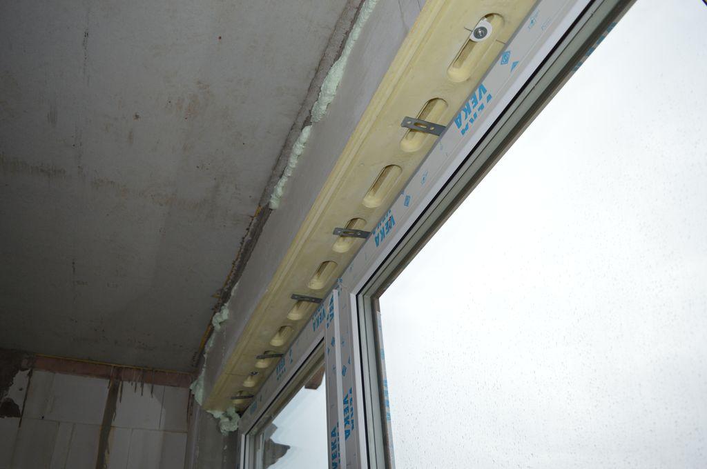 9. Położenie stalowych kotew zamocowanych do ramy ościeżnicy okna względem płaszczyzny i przebiegu kanałów mocujących Termo-BELKI systemu EMO-STROPEX