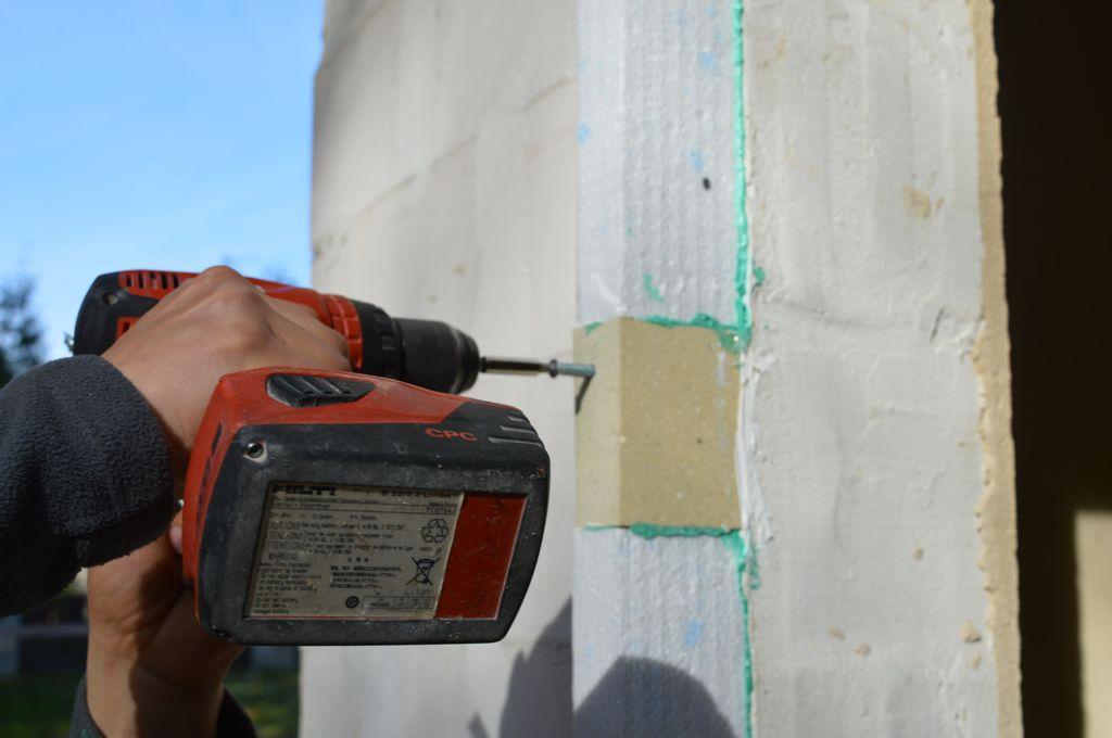 """10. Mocowanie mechaniczne """"kostek"""" z purenitu do ściany konstrukcyjnej budynku"""