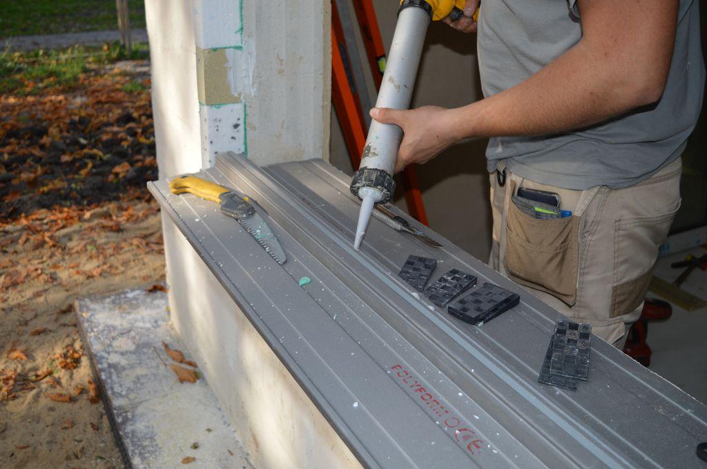 """16. Przygotowanie """"ciepłego parapetu"""" do montażu okna. Aplikacja kleju hybrydowego"""