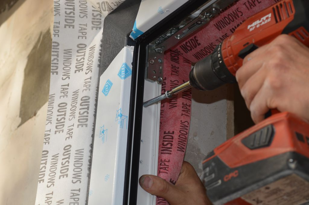 19. Mocowanie mechaniczne ramy ościeżnicy konstrukcji okiennej do ramy nośnej przy użyciu wkrętów montażowych.
