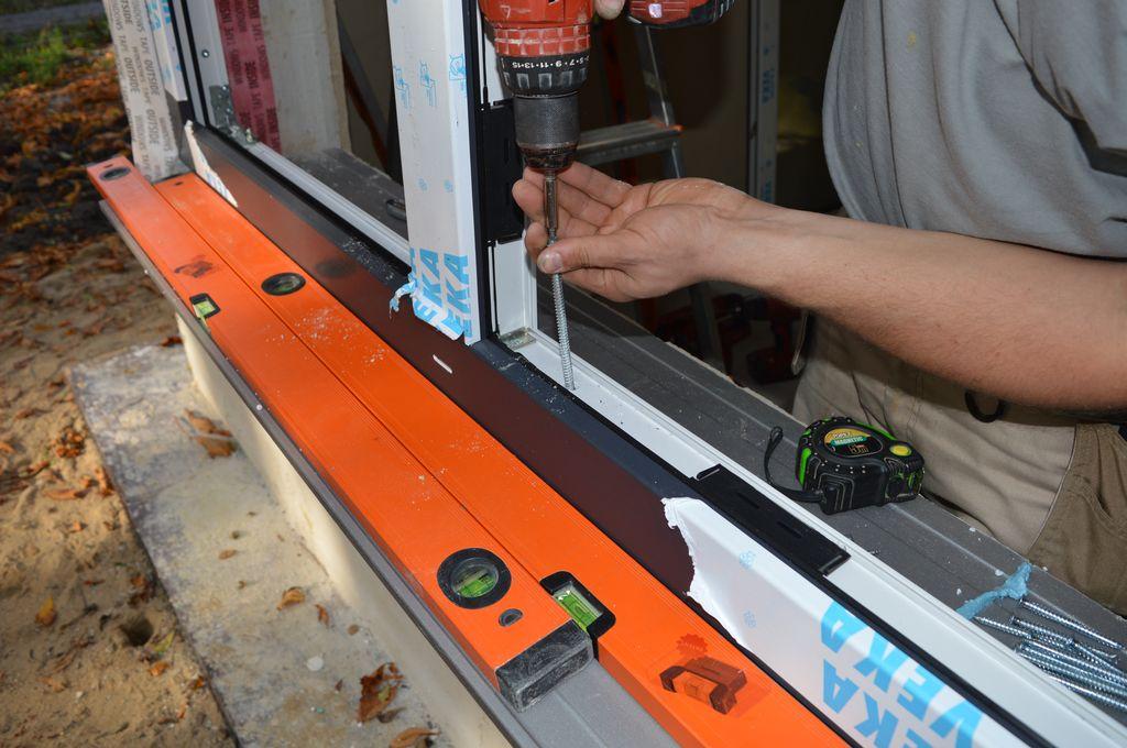 20. Mocowanie mechaniczne ramy ościeżnicy konstrukcji okiennej do ramy nośnej przy użyciu wkrętów montażowych