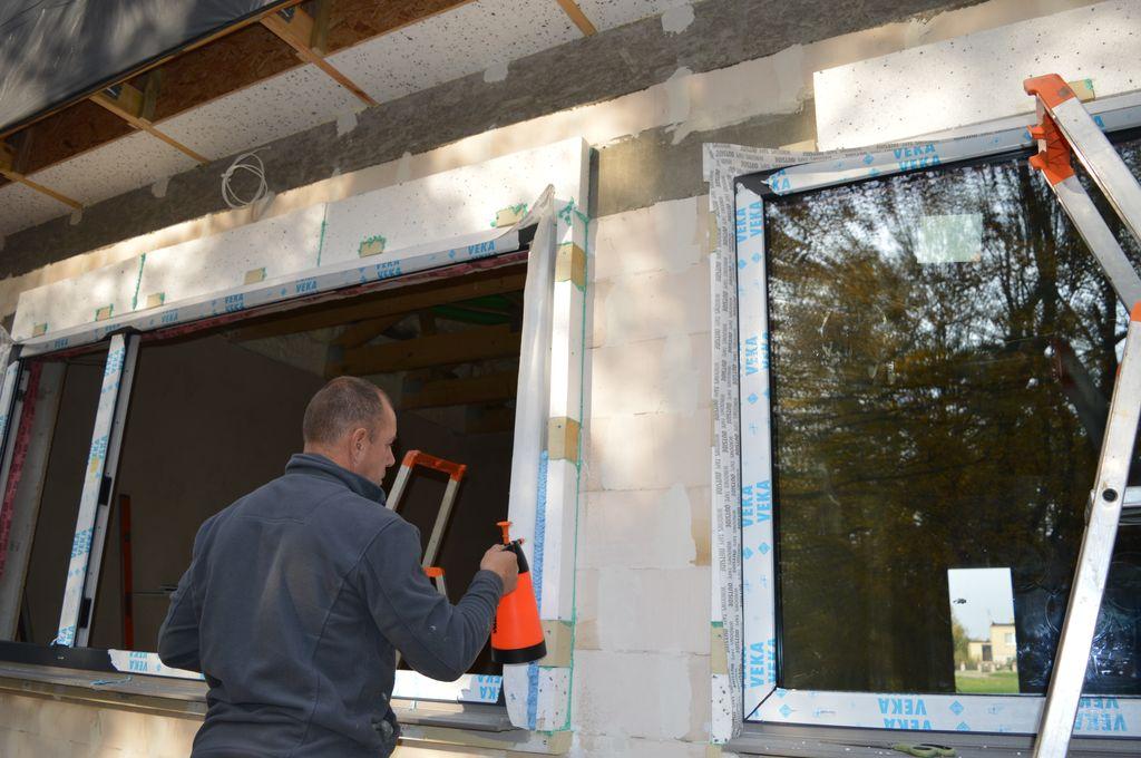 21. Przygotowanie powierzchni szczelin dylatacyjnych pomiędzy ramą ościeżnicy okna, a ramą nośną do aplikacji pianki PU