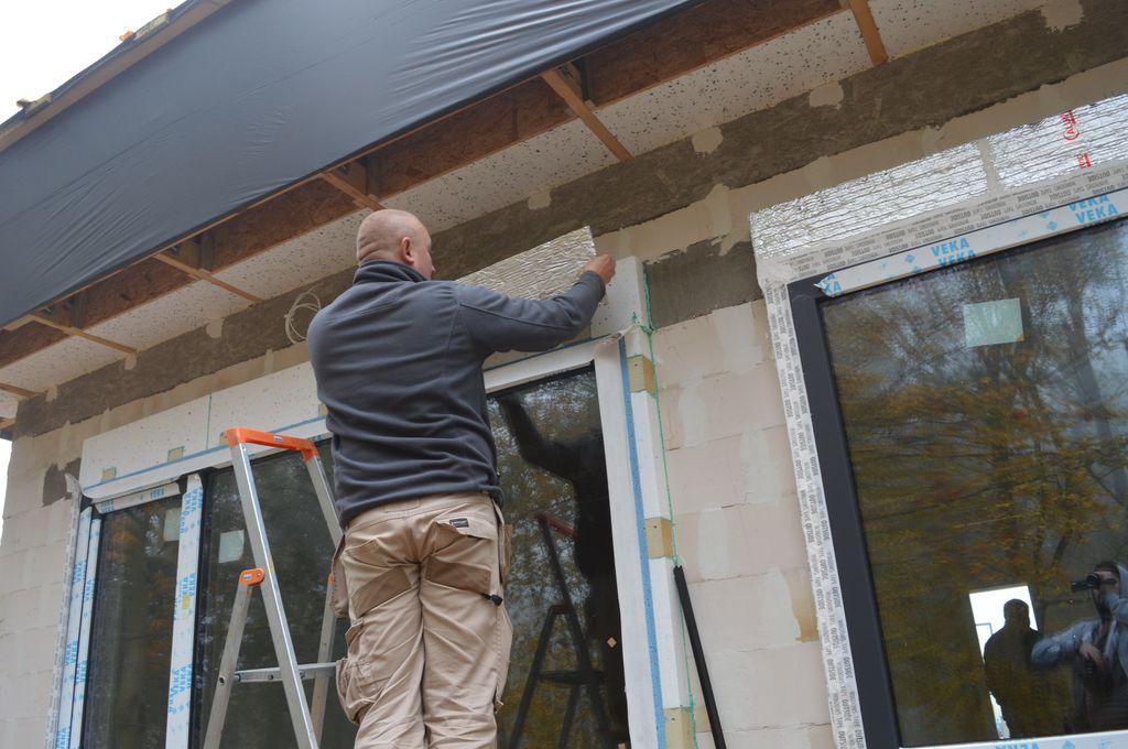 24. Montaż kompozytu termoizolacyjnego w obrębie nadproża okna