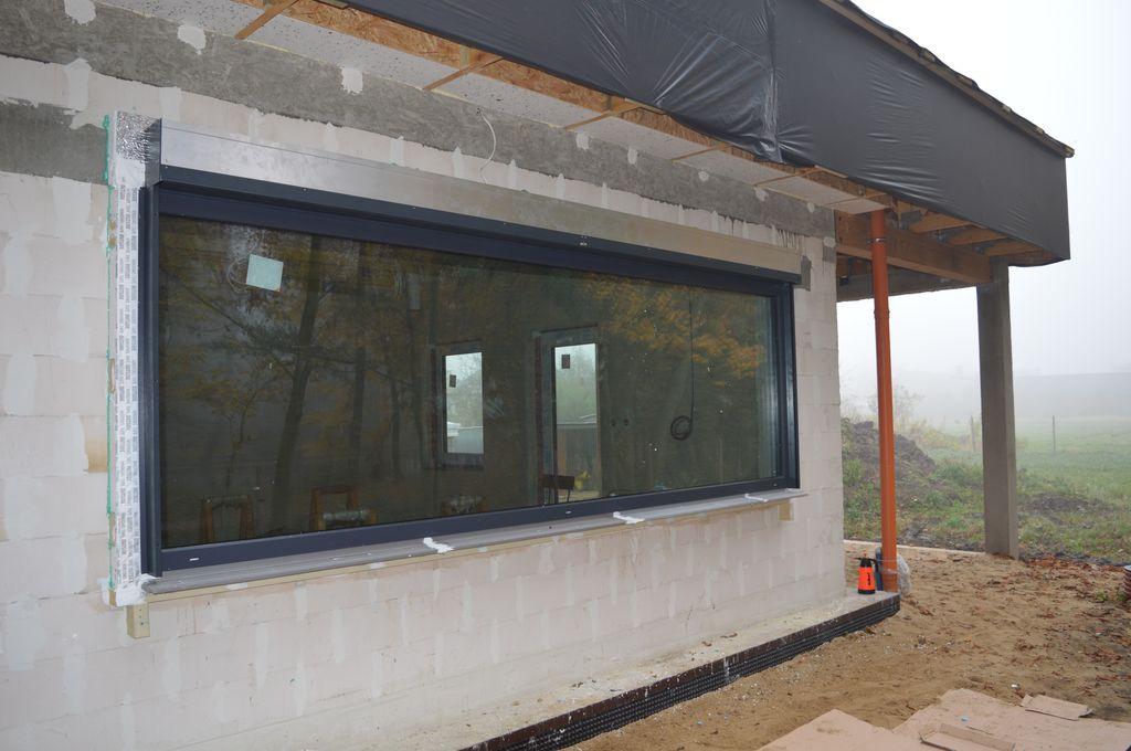 29. Oszklenie stałe 4116 mm x 1335 mm z puszką żaluzji fasadowej SELT po zakończonym montażu w warstwie ocieplenia budynku