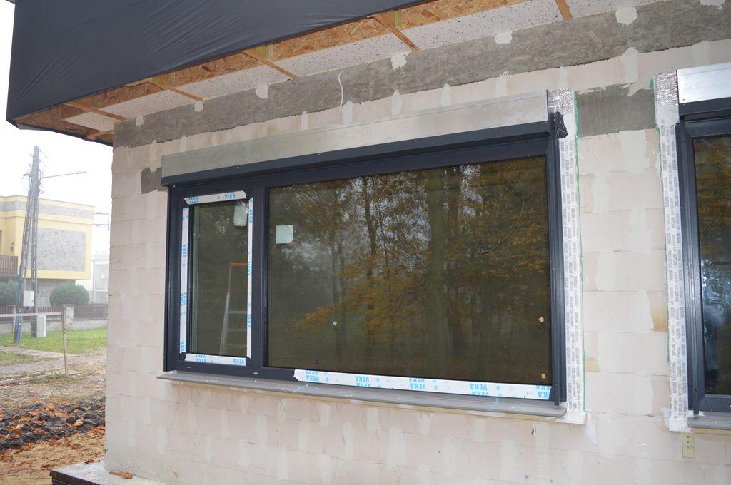 30. Dwukwaterowa konstrukcja okienna z puszką żaluzji fasadowej SELT po zakończonym montażu w warstwie ocieplenia budynku