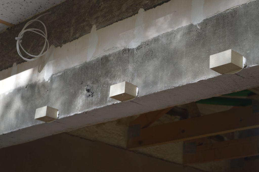 """9. Rozmieszczenie """"kostek"""" z purenitu w miejscach mocowań mechanicznych ramy ościeżnicy do ramy nośnej"""