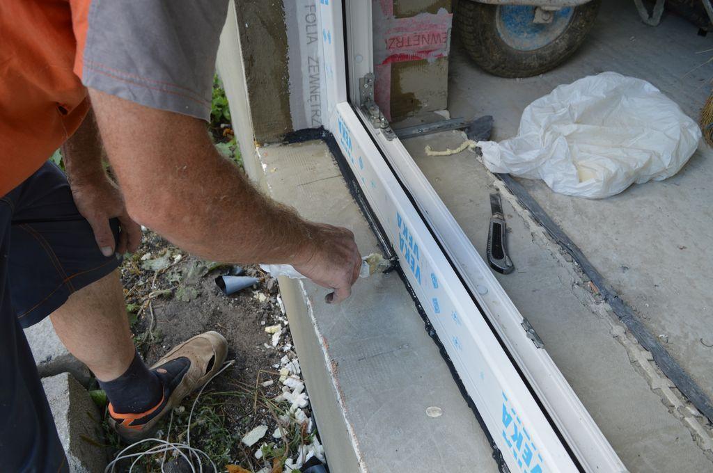 Uszczelnienie termoizolacji progu konstrukcji okiennej powłoką uszczelniającą
