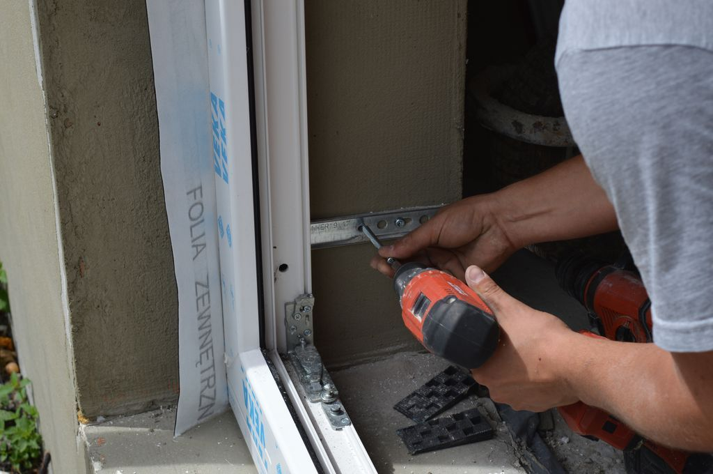 Mocowanie mechaniczne konstrukcji okiennej do ściany ościeża z użyciem konsoli bocznej systemu KNELSEN