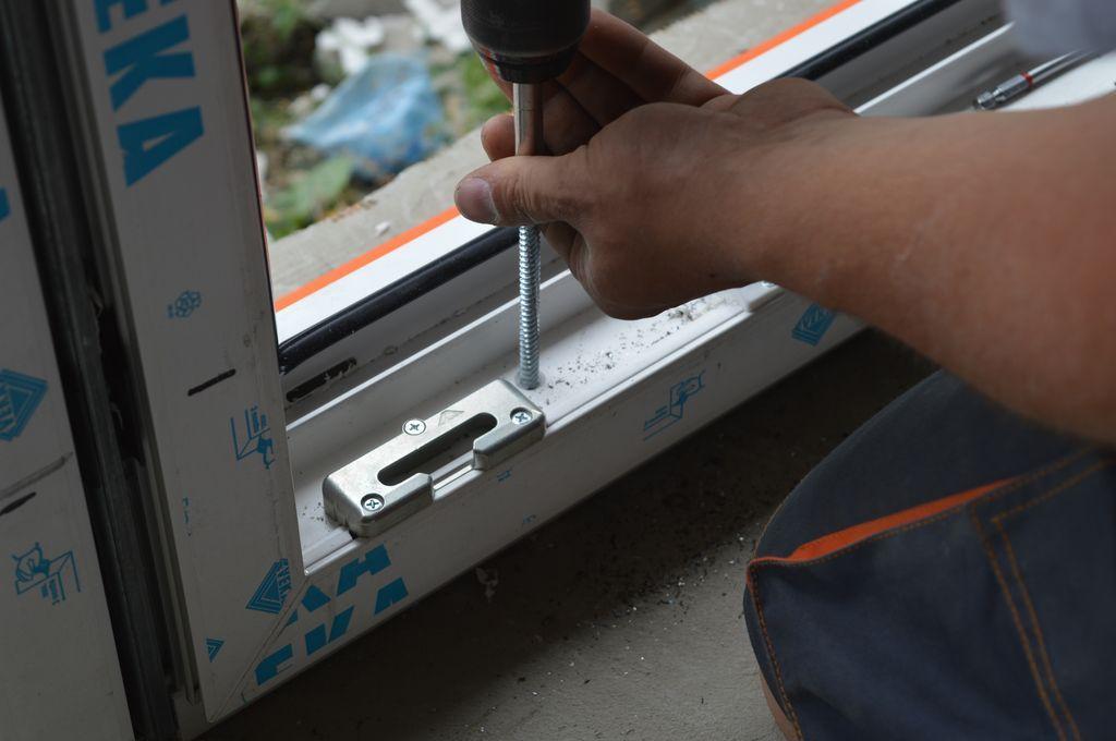 Mocowanie progu konstrukcji okiennej przy użyciu śrub ramowych