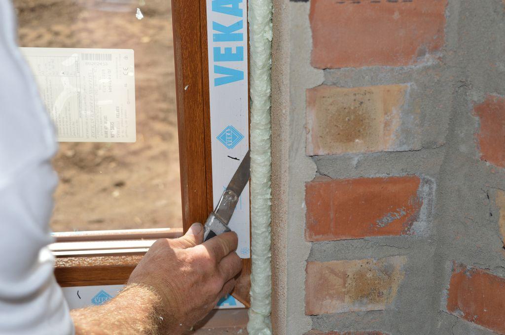 Usuwanie ze złącza okna z ościeżem nadmiaru utwardzonej pianki PU