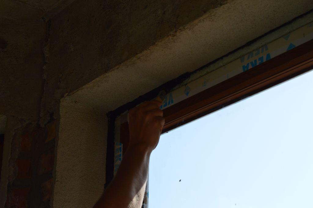 Rozprowadzanie powłoki SP 925 na powierzchni złącza okna z ościeżem