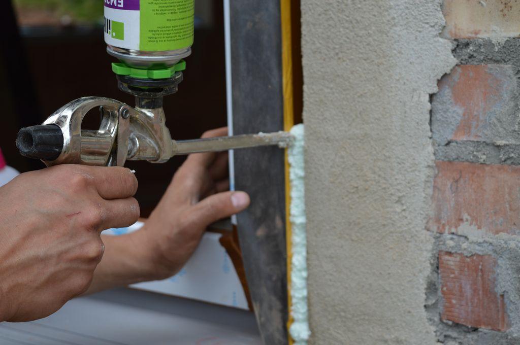 Aplikacja pianki PU w połączenie okna z ościeżem