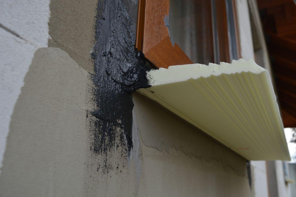 Zewnętrzne uszczelnienie połączenia narożnego okna z ościeżem w części progowej