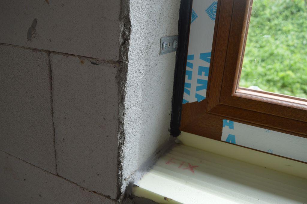 Wewnętrzne uszczelnienie połączenia narożnego okna z ościeżem w części progowej