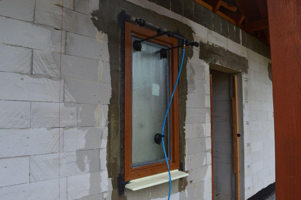 Badanie wodoszczelności połączenia okna z ościeżem