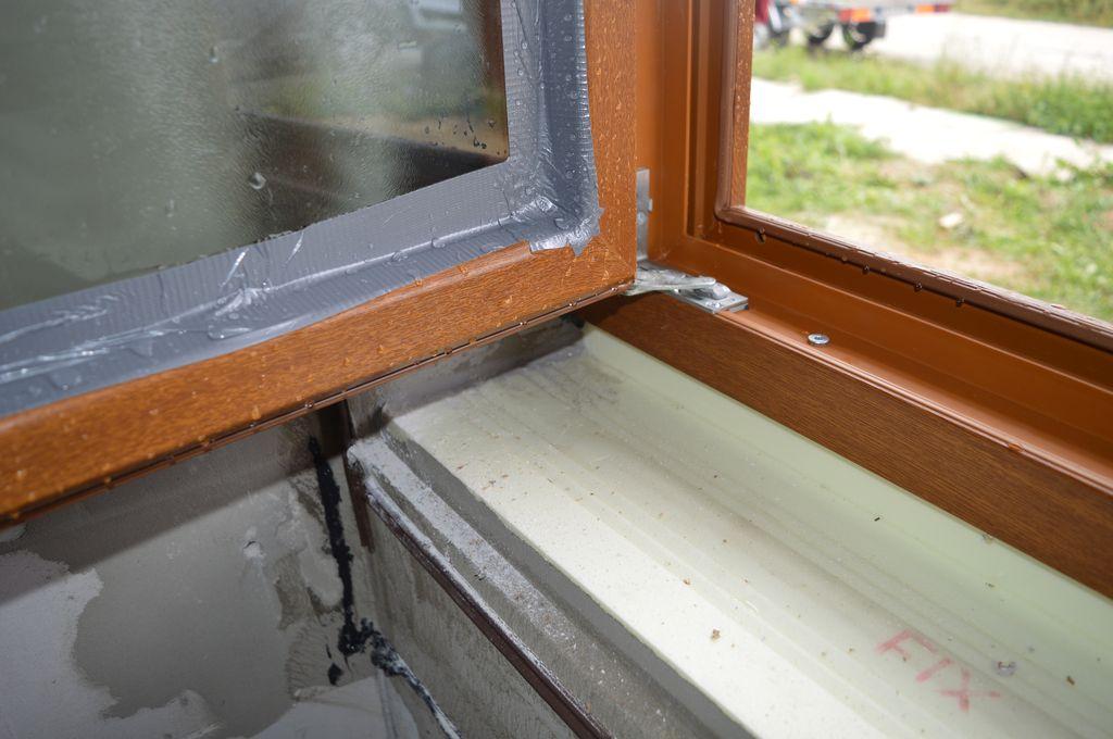 Wnętrze konstrukcji okna Vetrex V90+ po badaniu wodoszczelności połączenia okna z ościeżem