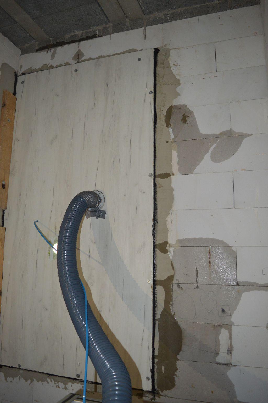 Przecieki wody przez spoiny muru konstrukcyjnego podczas badania wodoszczelności połączenia okna z ościeżem