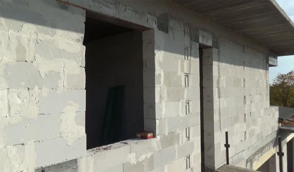 Nieprzygotowany do montażu okna otwór okienny