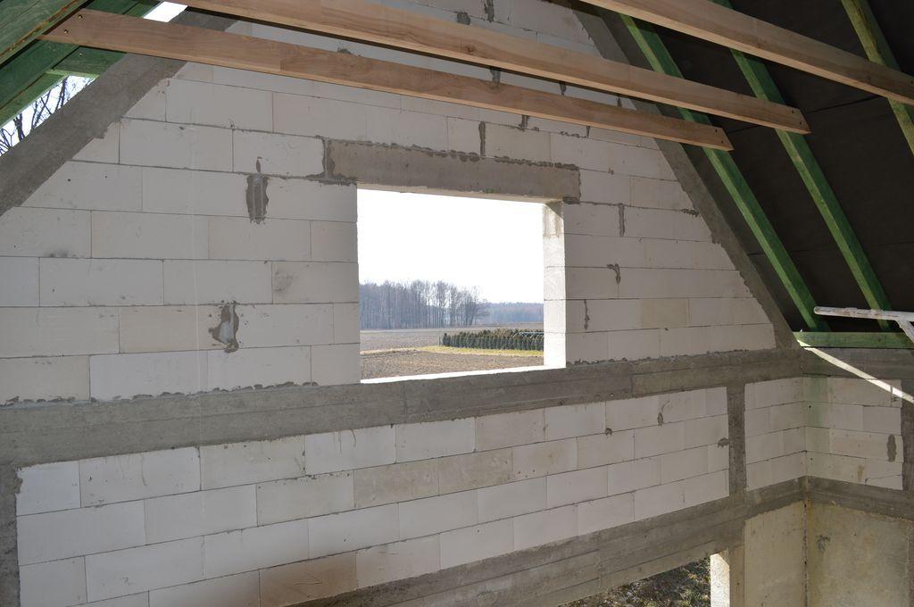 Otwór okienny poddasza w betonowo-szkieletowej konstrukcji budynku
