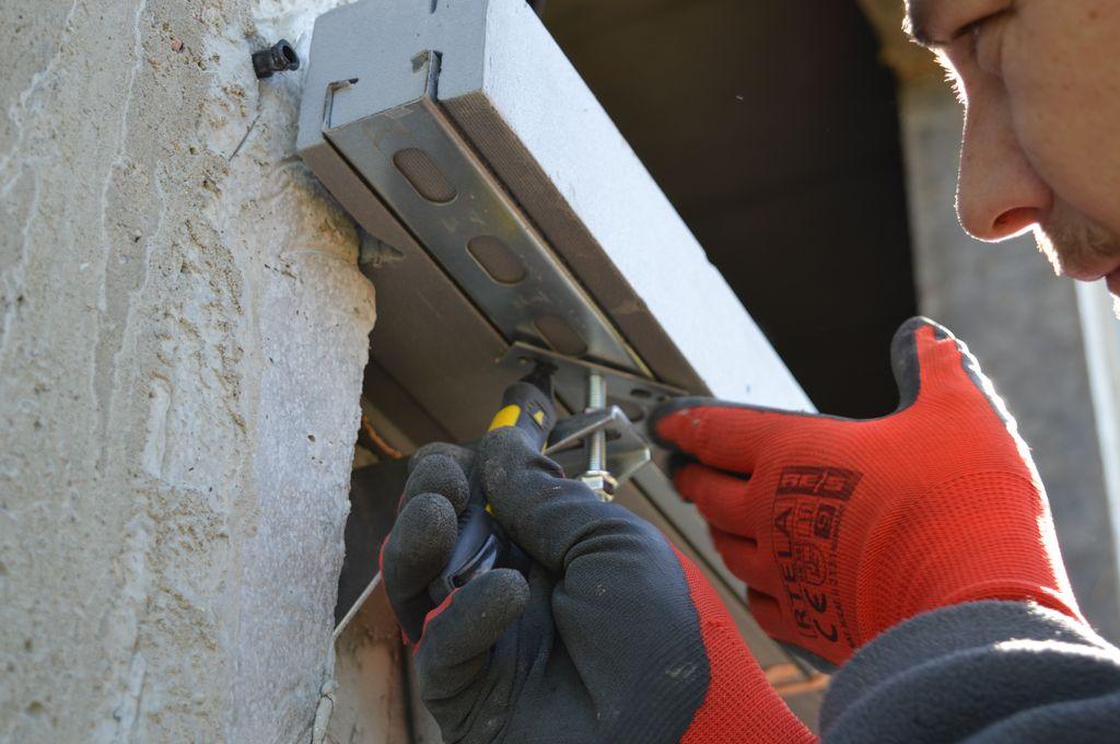 Zanaczanie miejsca mocowania konsol dolnych z parapetem