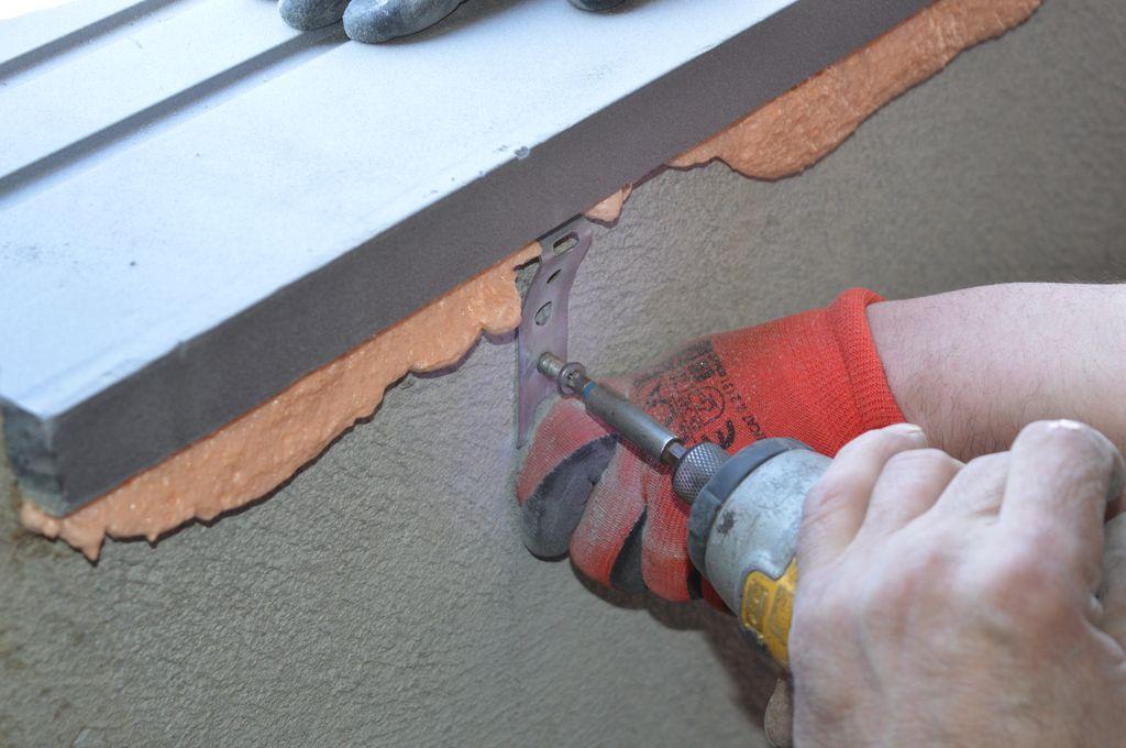 Mocowanie ciepłego parapetu przy uyżyciu kotew stalowych