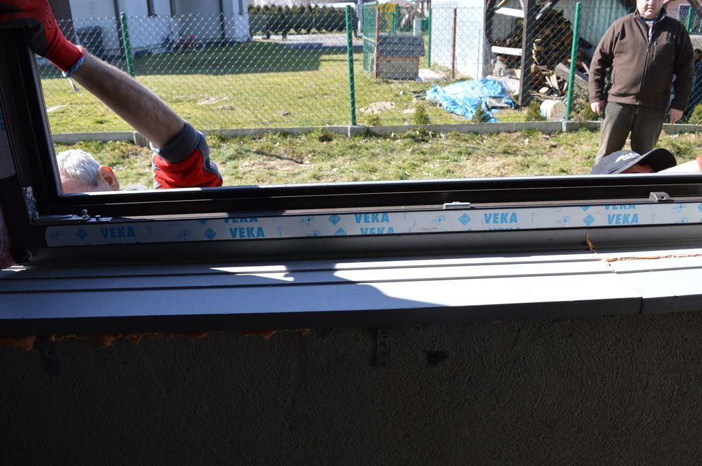 Osadzanie ramy ościeżnicy okna na stopie nośnej ciepłego parapetu