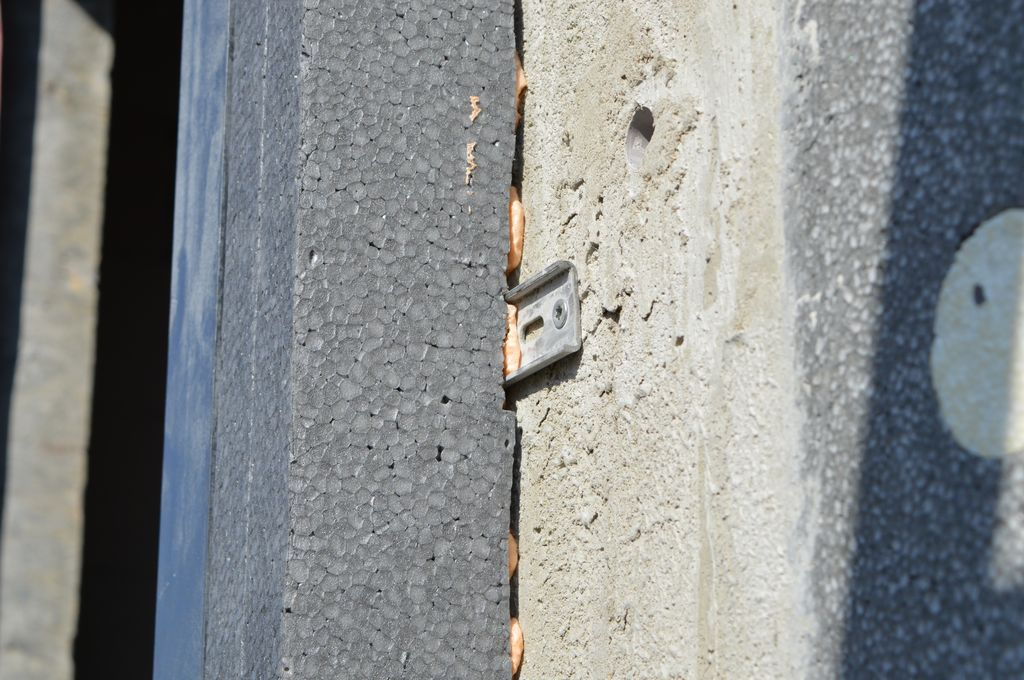 Styropianowa belka docieplająca zamocowana do ściany konstrukcyjnej