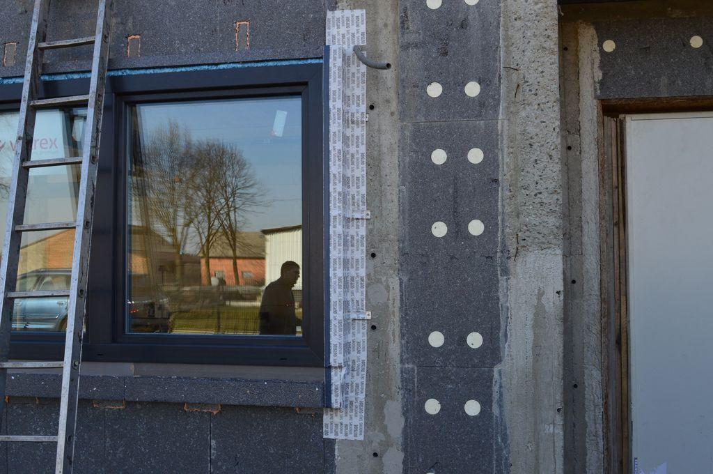 Połączenie okna z murem konstrukcyjnym po ułożeniu folii paroprzepuszczalnej