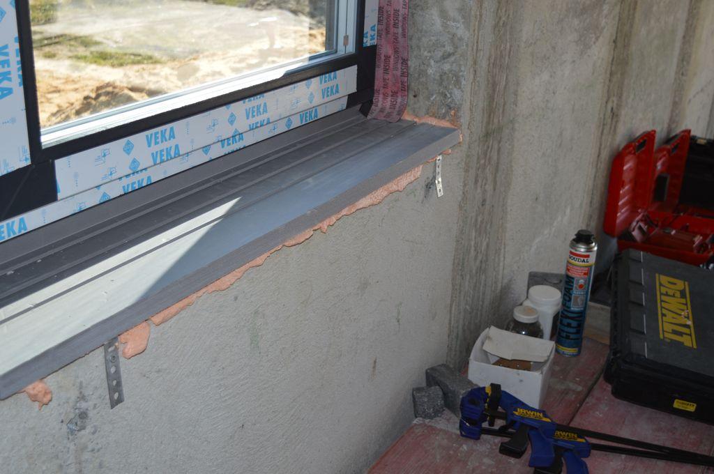 Uszczelnienie połączenia okna z murem od strony wewnętrzenej z użyciem standardowych folii paroizolacyjnych