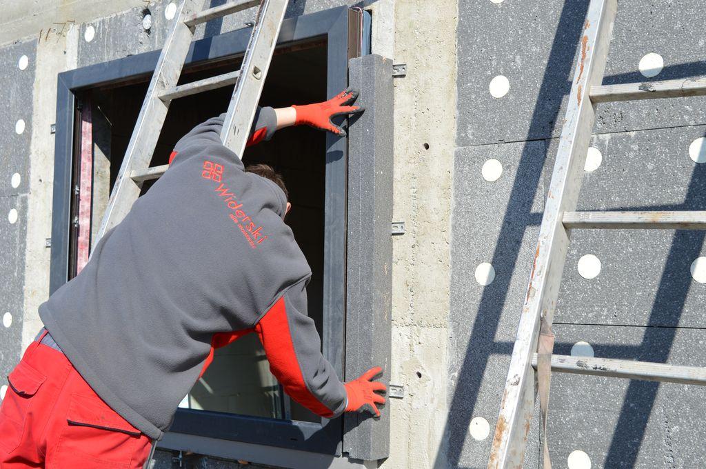 Mocowanie bocznych elementów izolujących na ścianie konstrukcyjnej budynku
