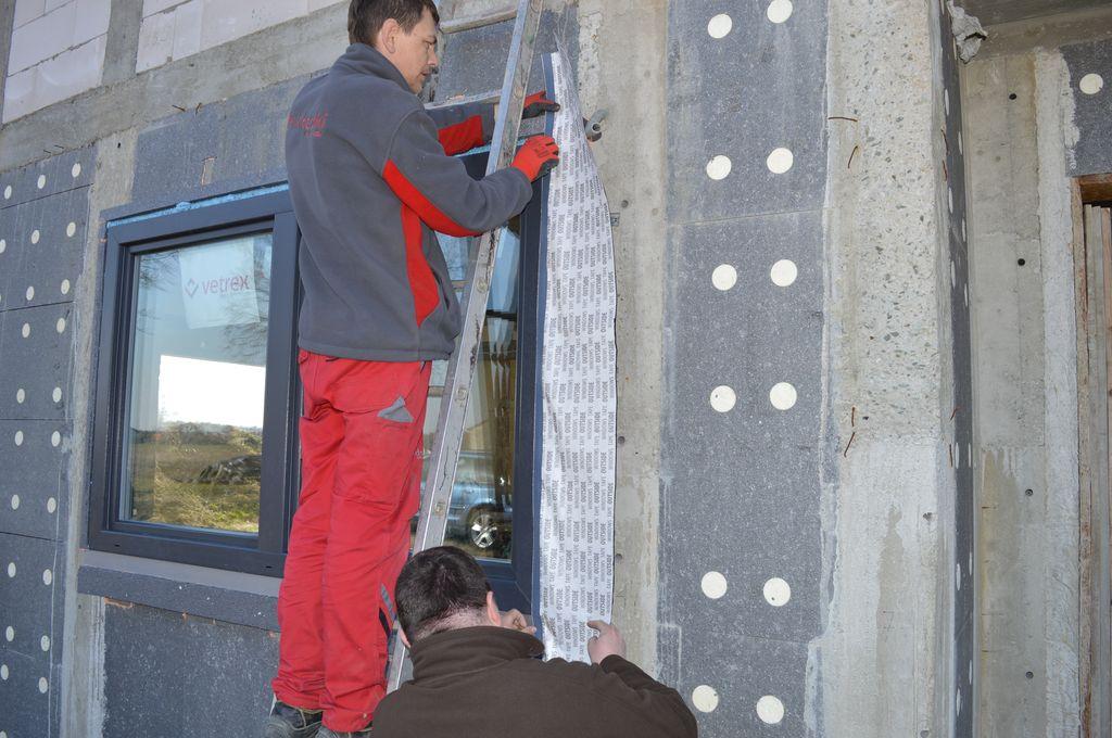 Mocowanie zewnętrzne szerookiej folii izolacyjnej do ramy ościeżnicy okna