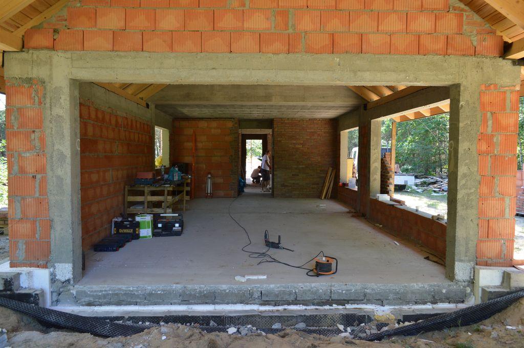 Ościeże otworu okiennego przed montażem trójelementowego zestawu balkonowego z dwuskrzydłowymi drzwiami balkonowymi z ruchomym słupkiem