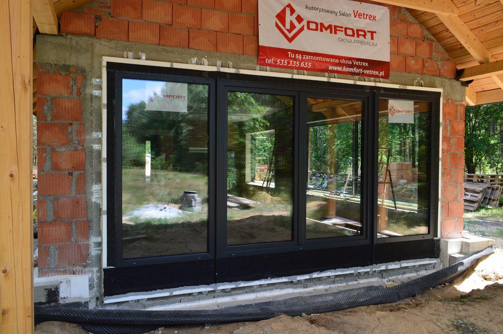 Trójelementowy zestaw balkonowy z drzwiami balkonowymi z ruchomym słupkiem zamontowany w warstwie ocieplenia trójwarstwowej ściany konstrukcyjnej z użyciem systemu CBM