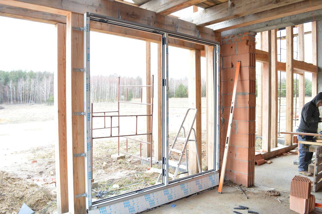 Sposób mechanicznego mocowania okien Vetrex V82 do wewnętrznej płaszczyzny drewnianych belek  szkieletu budynku