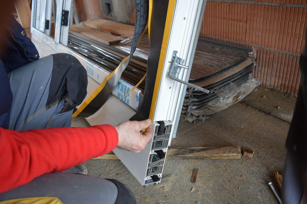 Przygotowanie wodoodpornej i paroprzepuszczalnej warstwy ochronnej termoizolacji przy użyciu folii