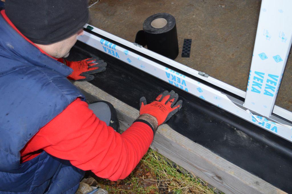 Układanie i mocowanie fartucha EPDM jako warstwy ochronnej dla materiału termoizolacji przestrzeni szczelin dylatacyjnych