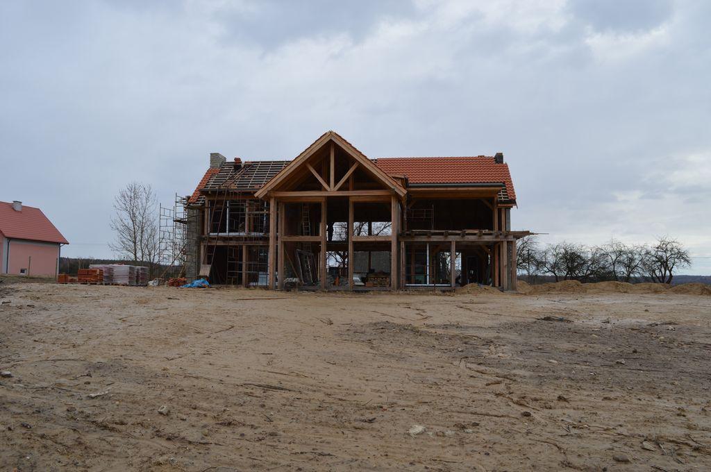 Drewniana konstrukcja szkieletu budynku mieszkalnego