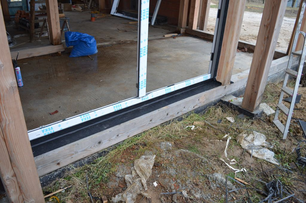 Uszczelnienie zewnętrzne konstrukcji okiennej wykonane przy użyciu fartucha EPDM