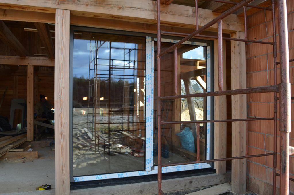 Drzwi balkonowe Vetrex Patio Automatic zainstalowane po wewnętrznej stronie drewnianej konstrukcji szkieletu budynku wraz z warstwą uszczelnień zewnętrznych
