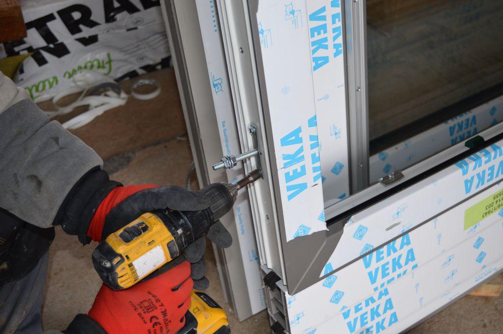 Mocowanie wspornika konsoli Knelsen FMW do ramy ościeżnicy okna Vetrex V82