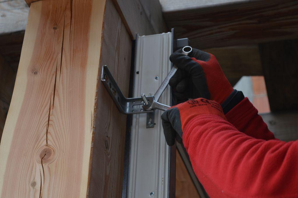 Ustalanie pozycji i mocowanie okna Vetrex V82 do belki szkieletu przy użyciu konsoli Knelsen FMW