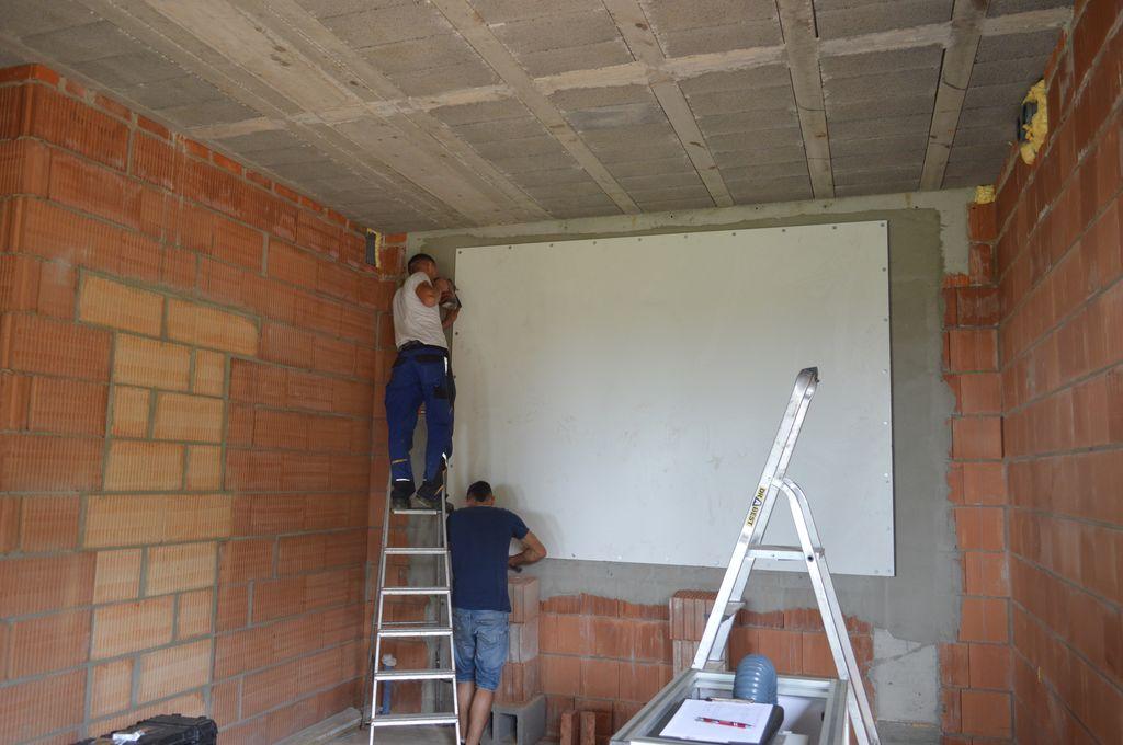 Montaż wewnętrznego ekranu improwizowanej komory ciśnieniowej do badań szczelności montażu na placu budowy